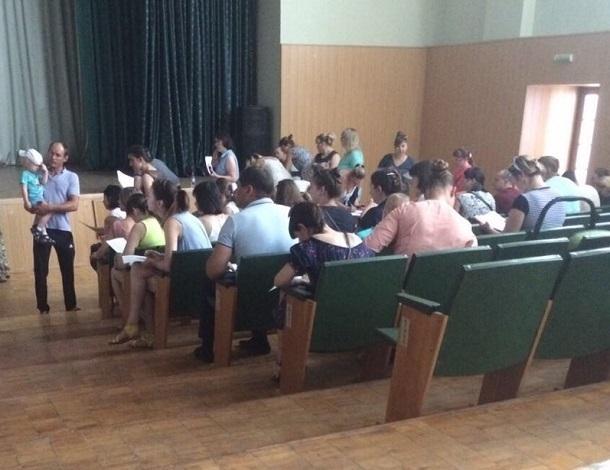 Глубокой ночью родители выстроились в очередь, чтобы устроить малышей в детские сады Волгограда