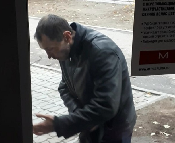 Волгоградец набросился с булыжником на случайную прохожую и получил в лицо