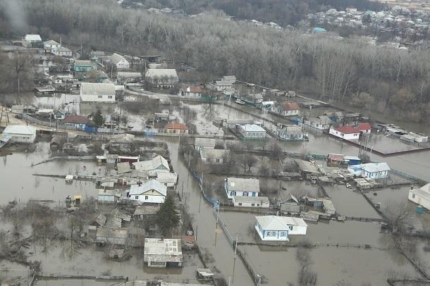 Дополнительные силы МЧС стягиваются в затопленном Фроловском районе
