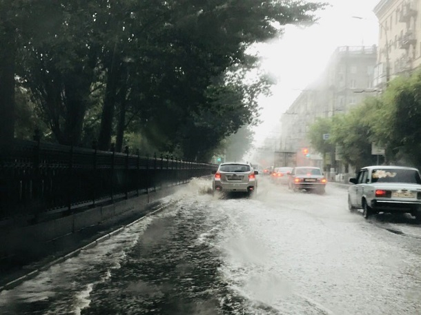 В центре Волгограда затопило проспект Ленина