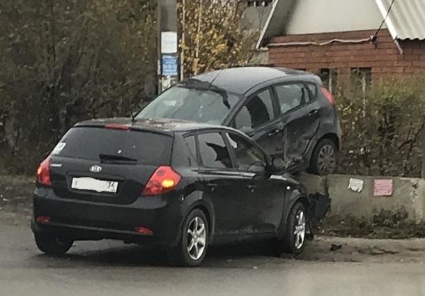 В Волгограде на заколдованном перекрестке вновь разбились машины