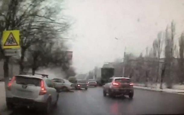Момент смертельного столкновения легковушки с деревом в Волгограде попал на видео