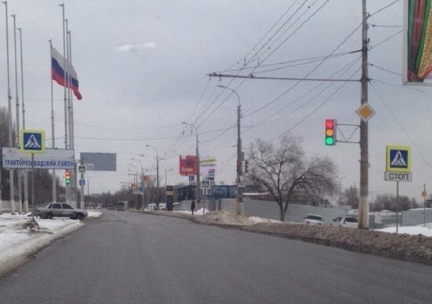 Светофор горит одновременно тремя цветами на севере Волгограда