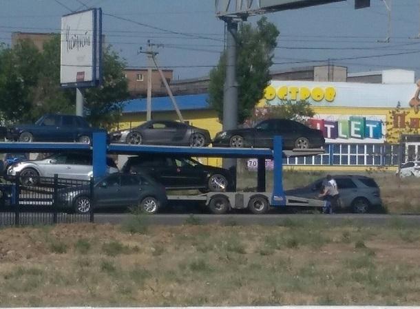 Автовоз потерял на ходу иномарку на западе Волгограда