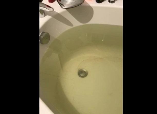 Волгоградцы сняли на видео зеленую воду и песок из водопроводного крана