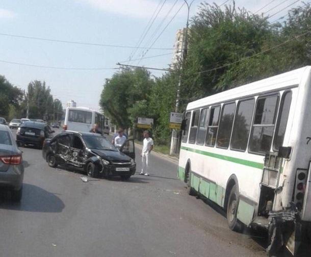«Лада» протаранила пассажирский автобус на севере Волгограда