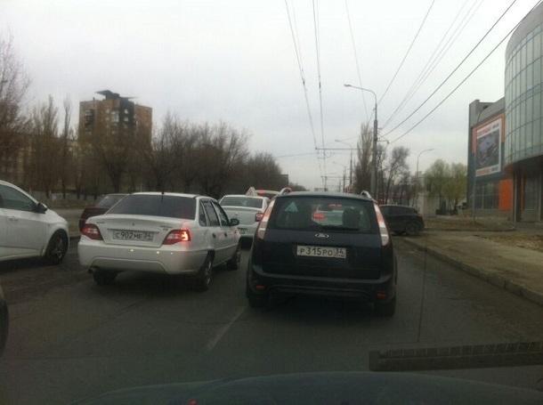 Проспект Жукова в Волгограде встал в пробку из-за ДТП
