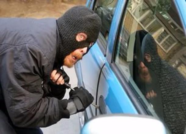 Молодые люди взломали машину, чтобы изъять аудиосистему и прокатиться