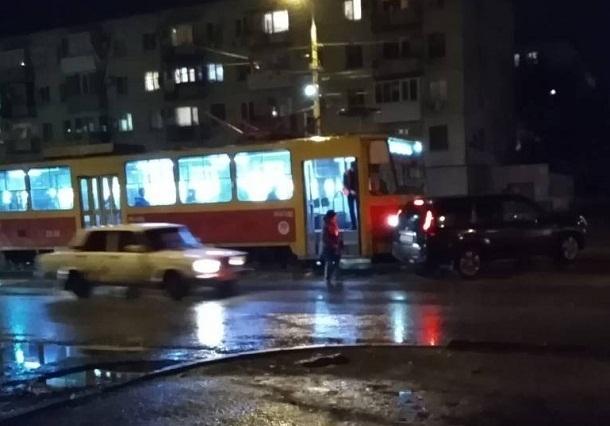 В Волгограде трамвай № 2 врезался во внедорожник