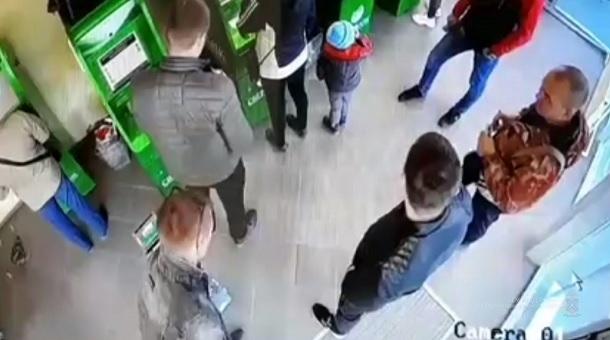 Сотрудник Сбербанка догнал грабителей и вырвал украденные деньги в Волгограде