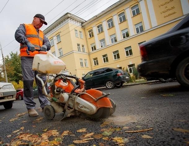 Общественники проверили качество свежего асфальта в центре Волгограда