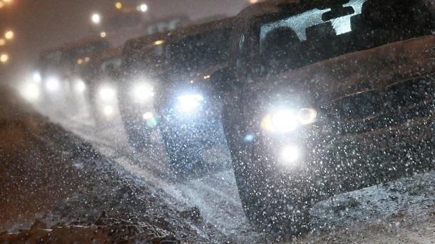 Из-за ледяного дождя и снега перекрыли трассу под Волгоградом