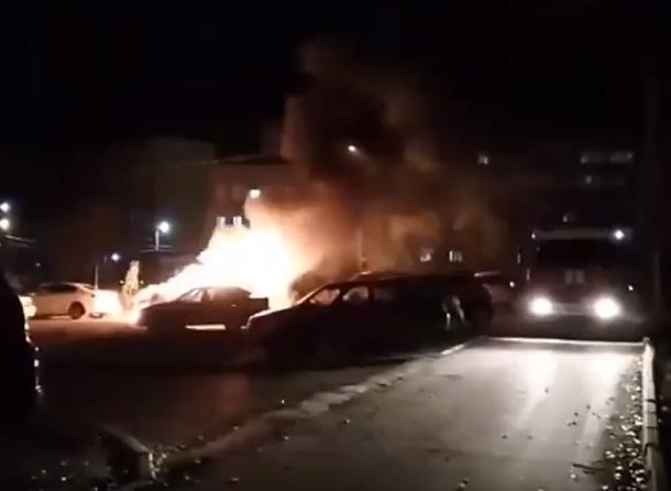 Очевидцы сняли на телефон две охваченные огнем Toyota в Волгограде