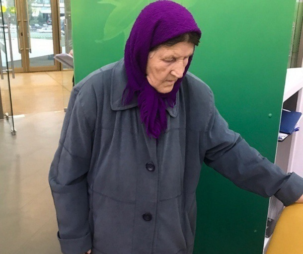 Потерявшаяся пенсионерка в беспамятстве забрела в Сбербанк на юге Волгограда