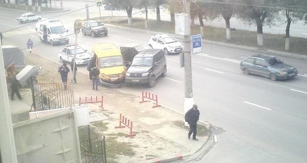 УАЗ Патриот и маршрутка столкнулись в Волгограде: пострадали пассажиры