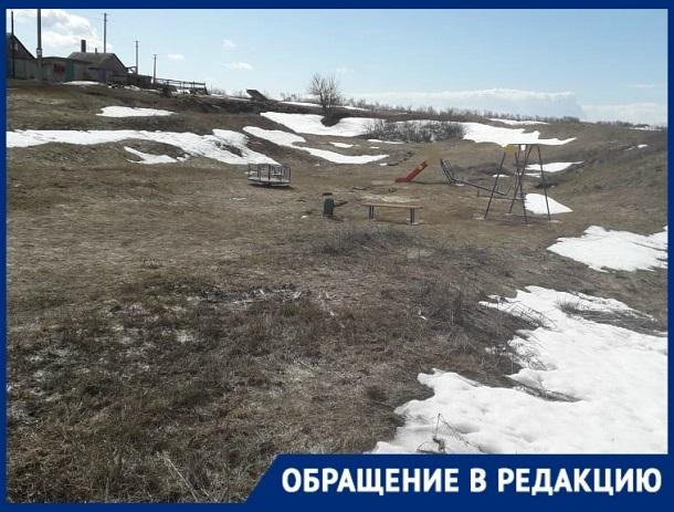 Щедрые чиновники установили детям только одну горку и одни качели на весь хутор в Урюпинском районе