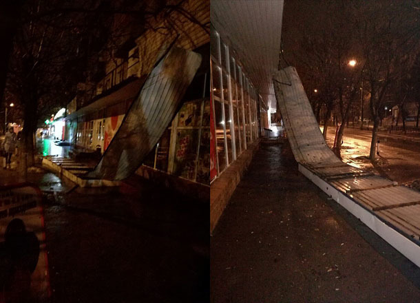 Тяжелая рекламная конструкция упала натротуар вКрасноармейском районе