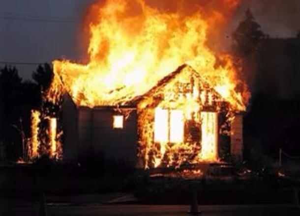 Под завалами сгоревшего дома в Волгоградской области обнаружен труп 50-летнего мужчины