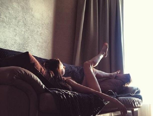 Звезда «Универа» Анастасия Иванова прилегла в нижнем белье и задрала ножки