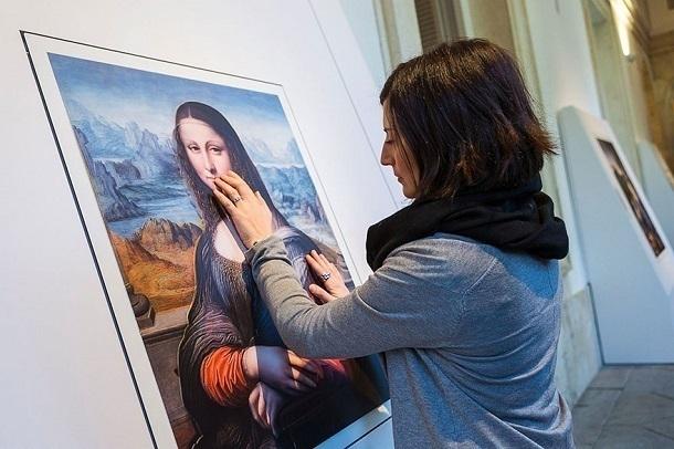 Организаторы необычайной выставки вВолгограде просят гостей потрогать ихкартины
