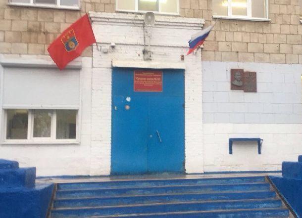 14-летний школьник перед гибелью играл в жуткую игру с ножом с двумя приятелями у школы в Волгограде