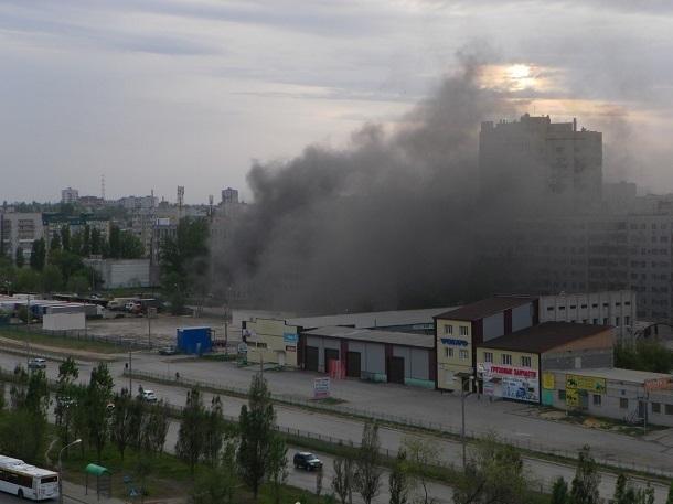 Неизвестные подожгли заброшенный недострой на западе Волгограда