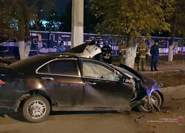 ВВолгограде умер шофёр, врезавшийся вфонарный столб