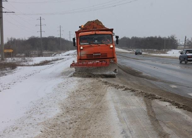 20 спецмашин устраняли ночной снегопад на трассе под Волгоградом