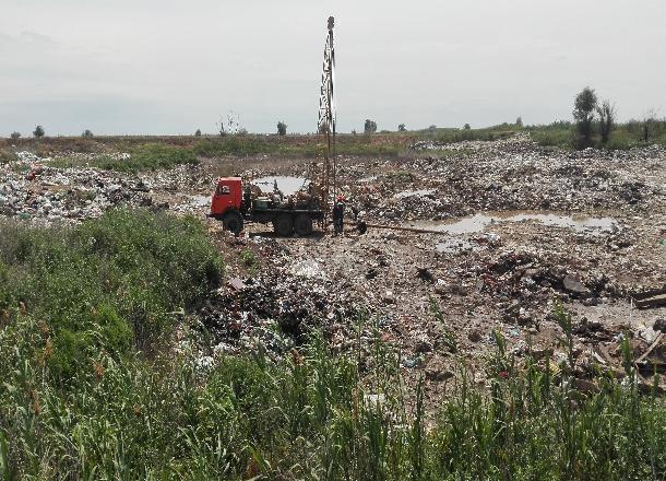 Нагородской свалке вСредней Ахтубе проводят геологические игеодезические работы