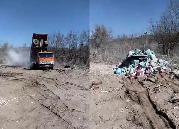 Дерзкий водитель КАМАЗа вывалил мусор прямо у подножия Мамаева кургана