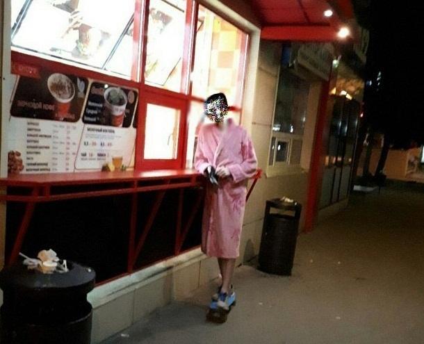 Волгоградцев заинтриговал парень в женском халате на голое тело при -5 мороза
