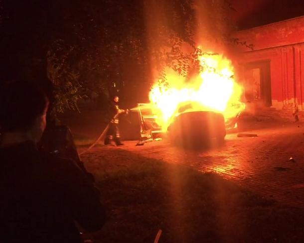 Иномарка потеряла двигатель и загорелась напротив администрации в Волгограде