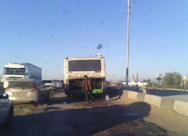 Сломанный рейсовый автобус собирает пробку на Третьей Продольной Волгограда