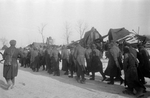 16 января 1943 года - под Сталинградом советские войска сжали кольцо окруженного противника еще на 10 км