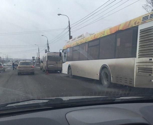 Автобус с маршруткой схлестнулись в битве за пассажиров на юге Волгограда