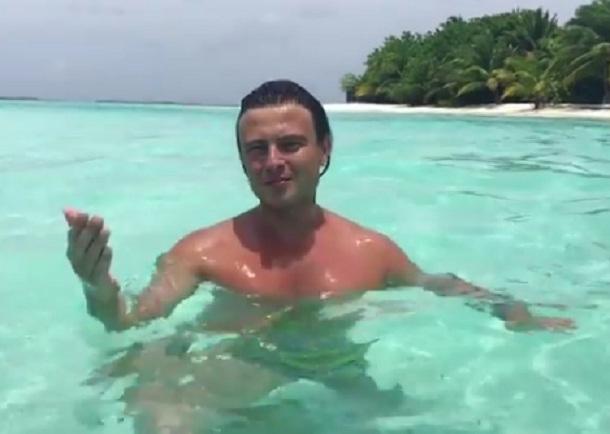 Прохор Шаляпин поздравил верующих с Крещением, окунувшись на Мальдивах