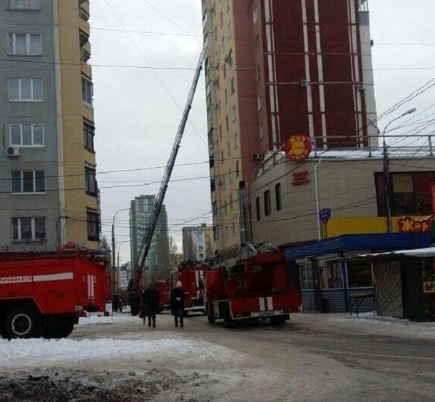 Пожарные спасли ребенка и четверых взрослых из горящей многоэтажки в Волгограде
