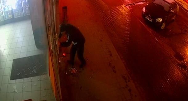 Разбивающий руками двери магазина дерзкий волжанин попал на видео