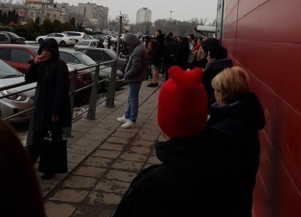Череда эвакуаций торговых центров докатилась до Волгограда: людей вывели из «Семи звезд»