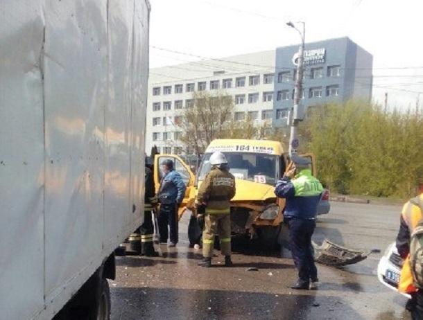 ВВолгограде грузовая «Газель» протаранила маршрутку спассажирами