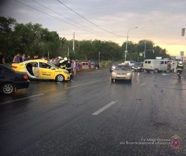 Шофёр такси умер вДТП сучастием УАЗа наюге Волгограда