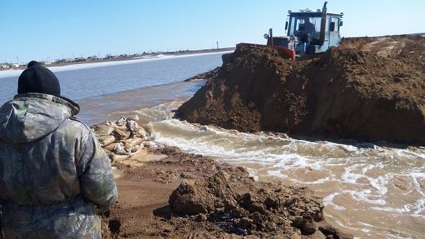 Дорожники пытаются привести в порядок затопленные трассы Волгоградской области