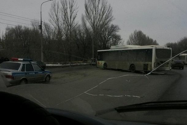 Пассажирский автобус протаранил ВАЗ-2114 наюге Волгограда