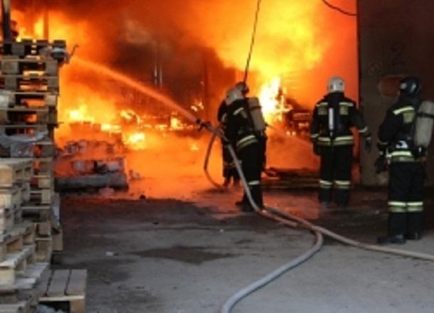 Lexus загадочно сгорел в Ворошиловском районе Волгограда