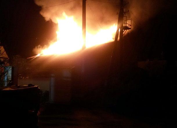 На видео попал пожар в жилом доме на юге Волгограда