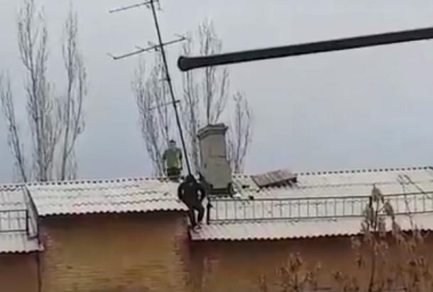 Опасные прогулки подростков по крышам Волгограда попали на видео