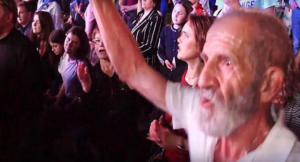 Пенсионер зажигал на концерте Александра Буйнова в Волгограде