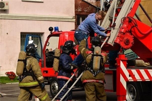Пожарным довелось эвакуировать 7 человек после замыкания проводки под Волгоградом