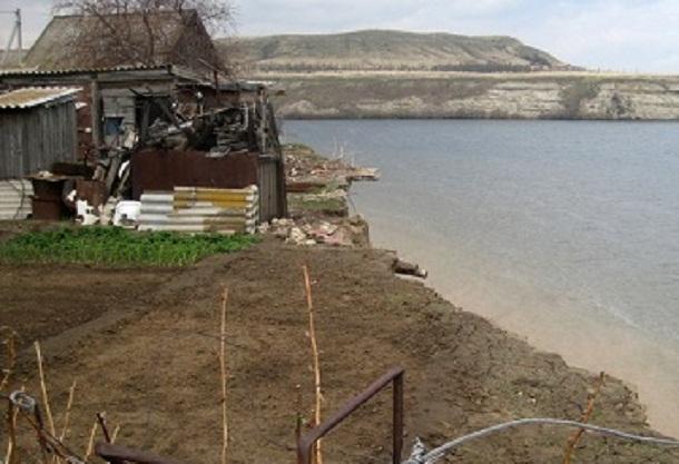 В Волгоградской области отказываются переселять семьи, чьи дома сползают в Волгу
