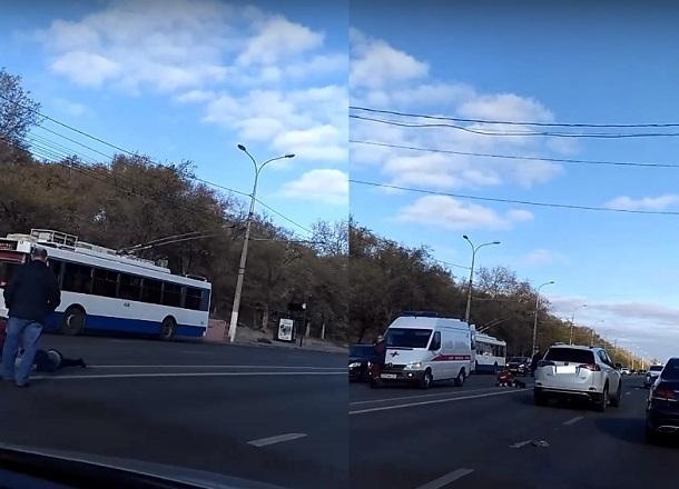 На видео попал погибший под колесами иномарки волгоградец, проигнорировавший «зебру»